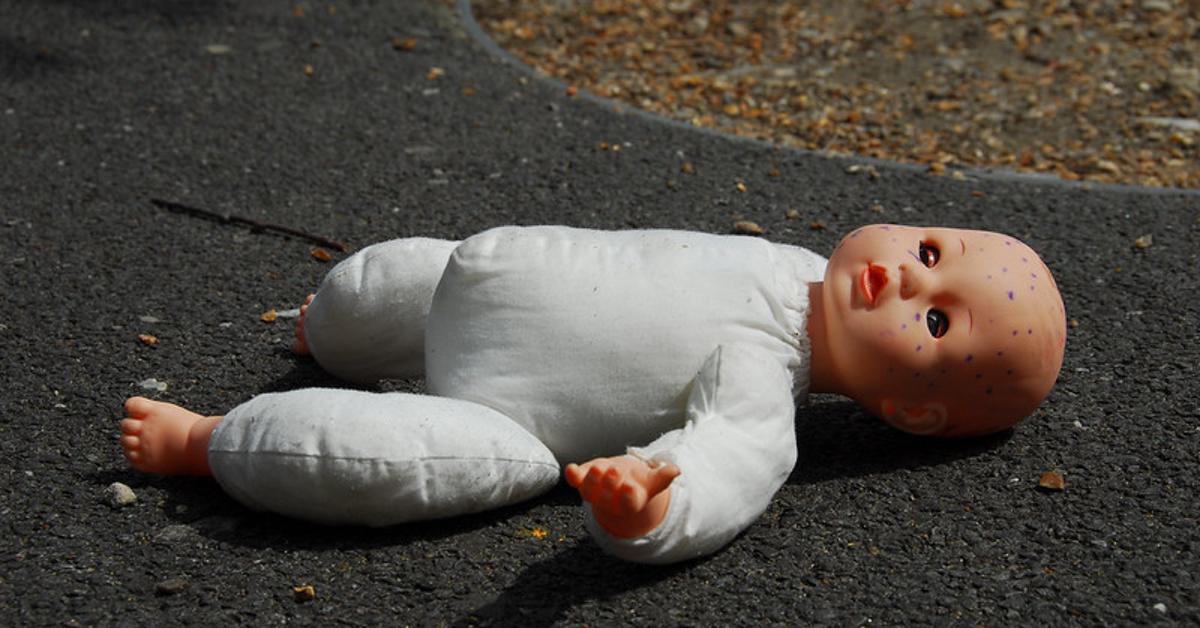 Puppe auf Straße